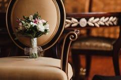 Bröllopbukett på en stol Royaltyfri Bild