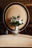 Bröllopbukett på en stol Royaltyfria Bilder