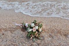 Bröllopbukett på en strand arkivfoton