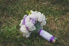 Bröllopbukett på gräs Arkivbild