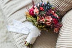 Bröllopbukett på soffan Fotografering för Bildbyråer