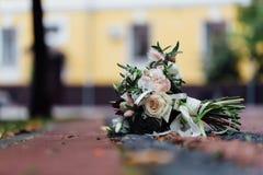 Bröllopbukett på trottoaren i gatan Inget royaltyfri bild