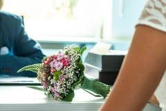 Bröllopbuketten av blommor rymde vid en brud Rosa färger, guling och gräsplan arkivfoton