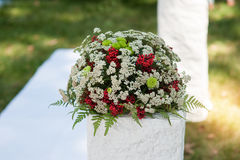 Bröllopbuketten av röda rosor blommar på den antika dressingtabellen Royaltyfria Bilder
