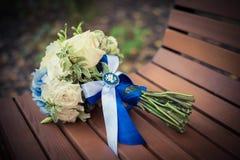 Bröllopbuketten lägger på en bänk Royaltyfri Fotografi