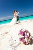 Lyckligt tropiskt bröllop Arkivbilder