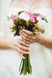Bröllopbuketten räcker in av brud Royaltyfria Foton
