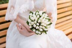 Bröllopbuketten räcker in av bruden Fotografering för Bildbyråer