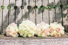 Bröllopbuketter uppställda på lantlig wood bakgrund Arkivfoto