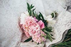 Bröllopbukettlögner på brud`en s klär Arkivfoton