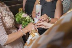Bröllopceremoni av att sätta på av cirklar på fingrar, brudgummen och bruden Arkivfoto
