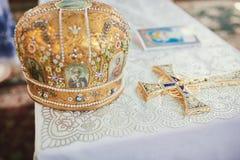 Bröllopceremoni i den ortodoxa kyrkan Guld- krona på den gifta sig ceremonin Heligt vatten arkivfoto