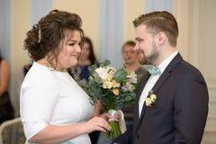 Bröllopceremoni i ett registreringskontor Arkivfoto
