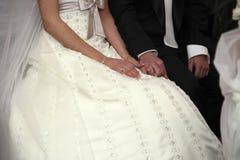 Bröllopceremoni i kyrkan Arkivfoton