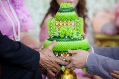 Bröllopceremoni i thailändsk kultur Blomma- och stearinljusdesign på magasinet för bruden och brudgummen som betalar respekter ti royaltyfri fotografi