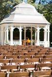 Bröllopceremoni i trädgård Arkivfoton