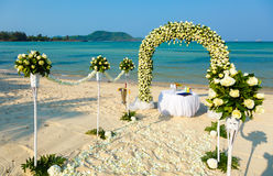 Bröllopceremoni på en strand Arkivfoto