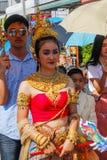 Bröllopceremoni på gatan Unga attraktiva thailändska kvinnor i traditionella klänningar och smycken är att le som är gulligt arkivfoto
