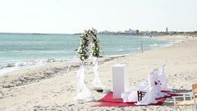 Bröllopceremoni på stranden lager videofilmer