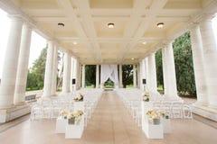 Bröllopceremoni under en paviljong royaltyfri bild