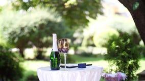 Bröllopchampagne, champagne för bröllopceremonin Bröllopgarnering, bröllopblommaordningar lager videofilmer