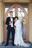 Bröllopcopule härlig brudbrudgum Precis merried close upp Arkivfoton