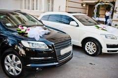 Bröllopcortege av svartvita bilar Arkivbilder