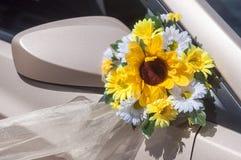 Bröllopcortegen, levererar brudgummen och bruden till bröllopplatsen Arkivfoton