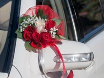 Bröllopcortegen, levererar brudgummen och bruden till bröllopplatsen Fotografering för Bildbyråer