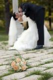 Bröllopdagdans, kyssar och bukett av blomman Arkivbilder
