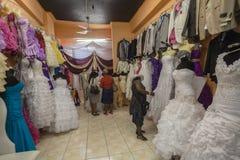 Bröllopdamtoalettman asiat shoppar   Arkivbilder