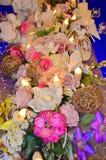 Bröllopdekor, blom- ordningar Garneringar för bröllopceremoni arkivfoto