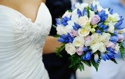 Bröllopbuketten i räcker av brud Royaltyfri Bild