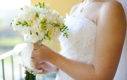Bröllopbuketten i räcker av brud Royaltyfria Bilder