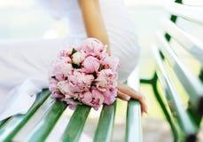Bröllopbukett av vitpioner Royaltyfria Foton