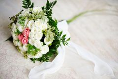 Bröllopbukett av vit- och rosa färgro Arkivbilder