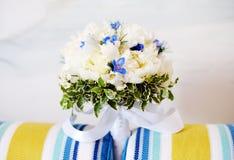 Bröllopbukett av vitpioner Royaltyfri Foto