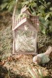 Bröllopdekor med blommor och stearinljus i skogen arkivfoton