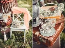 Bröllopdekor med blommor och stearinljus i skogen arkivbild