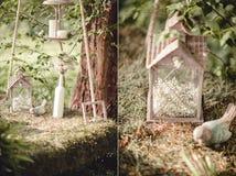 Bröllopdekor med blommor och stearinljus i skogen royaltyfri foto