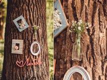 Bröllopdekor med blommor och stearinljus i skogen fotografering för bildbyråer