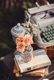 Bröllopdekor med blommor och stearinljus i skogen royaltyfria foton