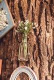 Bröllopdekor med blommor och stearinljus i skogen arkivbilder