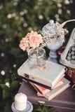 Bröllopdekor med blommor och stearinljus i skogen royaltyfri fotografi