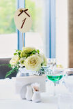 Bröllopdekoren blommar buketten på tabellen Royaltyfria Bilder