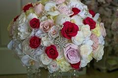 Bröllopdekoren bordlägger inställningen och blommor Arkivfoton
