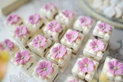 Bröllopefterrättkakor och sötsaker Arkivfoton