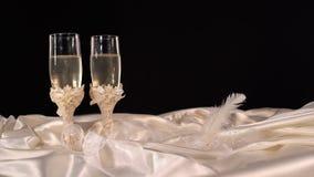 Bröllopexponeringsglas med mousserande champange på en tabell