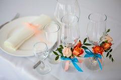 Bröllopexponeringsglas och platta på tabellen med garneringar Royaltyfria Foton