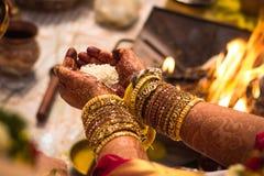 Bröllopförbindelse - duscha ris Akshadai - södra indisk tradition royaltyfri fotografi